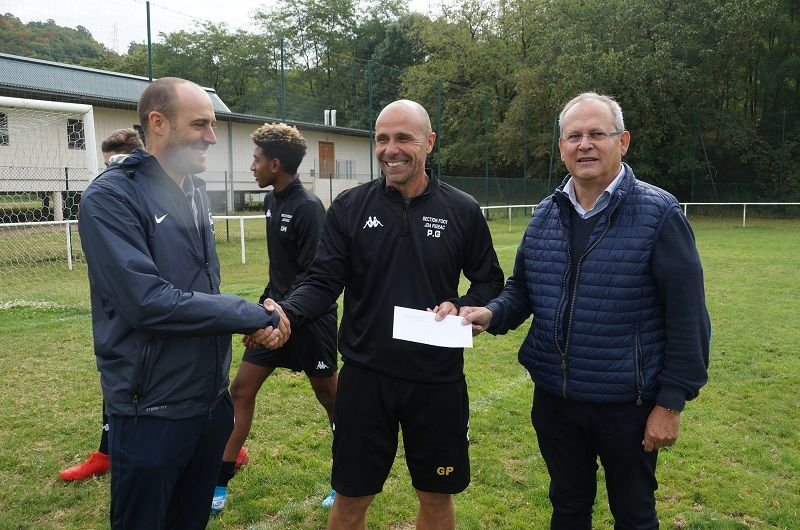 Remise dotation à la section foot de Jeanne d'Arc à Figeac